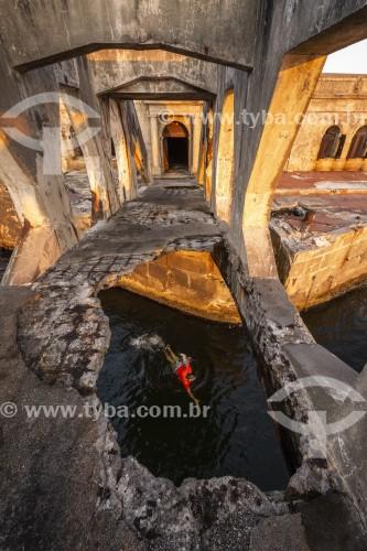 Homem nadando na Baía de Guanabara embaixo da passarela do Forte Tamandaré da Laje (1555) - Rio de Janeiro - Rio de Janeiro (RJ) - Brasil
