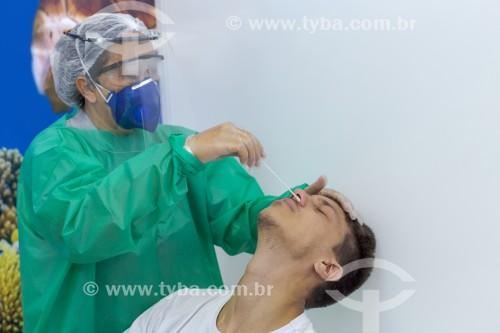 Enfermeira recolhe material de homem para teste RT-PCR para detectar vírus da Covid 19 - Guarani - Minas Gerais (MG) - Brasil