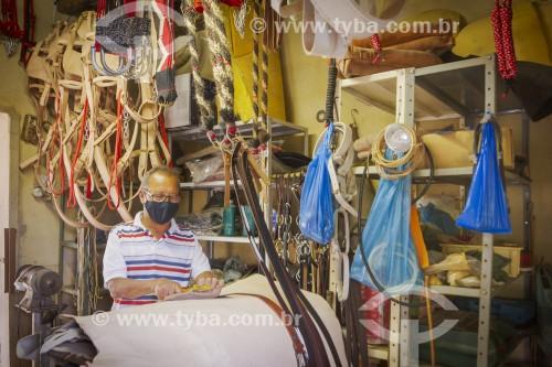 Seleiro usa máscara de proteção contra a Covid 19 em sua oficina - Guarani - Minas Gerais (MG) - Brasil