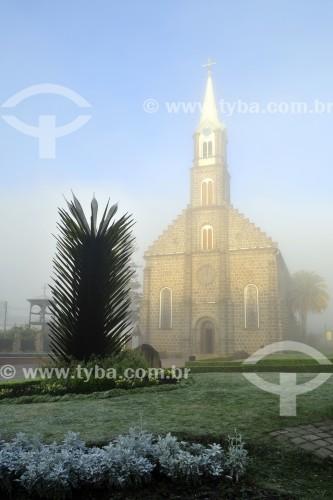 Fachada da Igreja Matriz de São Pedro Apóstolo (1917) com névoa ao amanhecer - Gramado - Rio Grande do Sul (RS) - Brasil