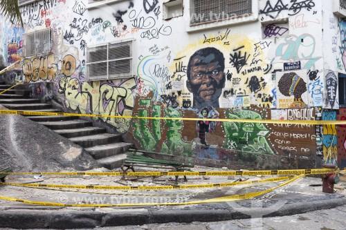 Revestimento de prédio caído em cima de um banco na Pedra do Sal - também conhecido como Largo João da Baiana - Rio de Janeiro - Rio de Janeiro (RJ) - Brasil