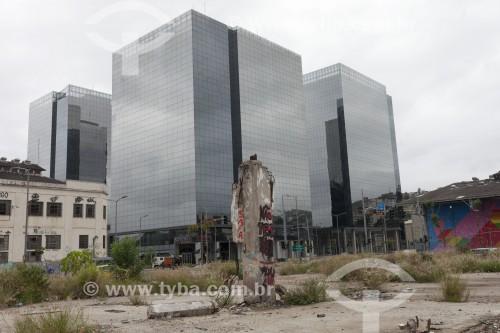 Terreno baldio com Hotel Ibís ao fundo - Rio de Janeiro - Rio de Janeiro - Brasil