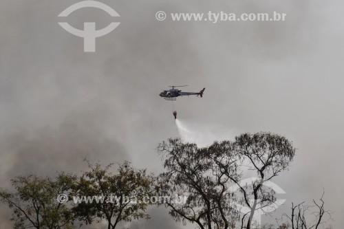 Helicóptero apagando incêndio em mata nativa - Antiga área do IPA (Instituto Penal Agrícola) - São José do Rio Preto - São Paulo (SP) - Brasil