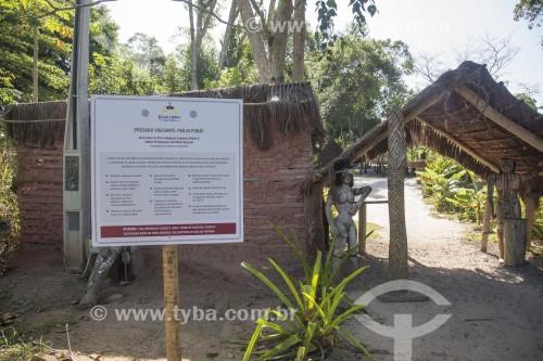 Placa com orientação e regras para visitantes da Aldeia Guarani Tekoá Mirim - Aracruz - Espírito Santo (ES) - Brasil