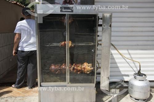 Frango assado à venda na calçada de loja - Assado em assadeira com gás de botijão - Pancas - Espírito Santo (ES) - Brasil