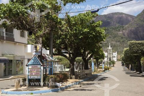 Avenida e Capela do Sagrado Coração de Jesus no fundo - Pancas - Espírito Santo (ES) - Brasil