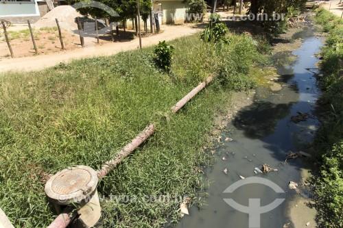 Tubulação para captação do esgoto junto a córrego que recebe esgoto da cidade - Pancas - Espírito Santo (ES) - Brasil