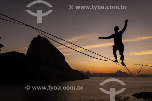 Praticante de slackline com o Pão de Açúcar ao fundo ao amanhecer - Rio de Janeiro - Rio de Janeiro (RJ) - Brasil