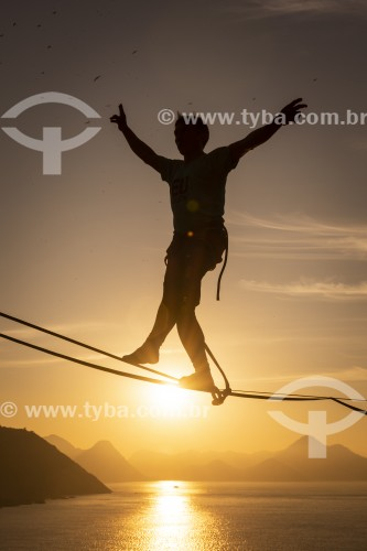 Praticante de slackline ao amanhecer - Rio de Janeiro - Rio de Janeiro (RJ) - Brasil