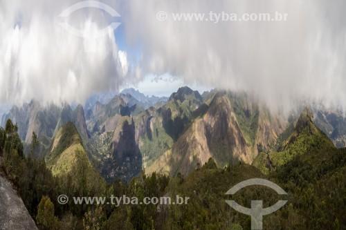 Vista de montanhas e céu com nuvens - Petrópolis - Rio de Janeiro (RJ) - Brasil
