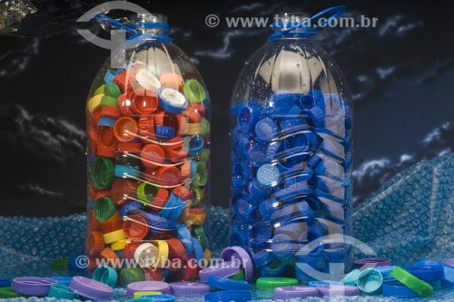 Detalhe de garrafas de água e tampinhas - Canela - Rio Grande do Sul (RS) - Brasil