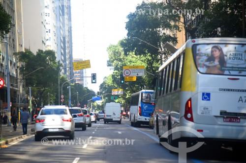 Tráfego em rua do centro da cidade - Rio de Janeiro - Rio de Janeiro (RJ) - Brasil