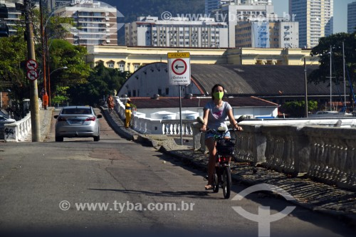 Pessoa passeando de bicicleta utilizando máscara de proteção - Crise do Coronavírus - Rio de Janeiro - Rio de Janeiro (RJ) - Brasil
