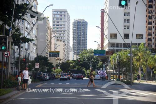 Pessoas atravessando rua no Leblon - Rio de Janeiro - Rio de Janeiro (RJ) - Brasil
