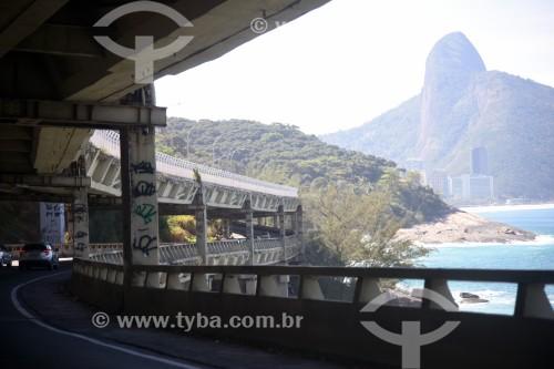 Tráfego no Elevado do Joá (1972) - também conhecido como Elevado das Bandeiras - com o Morro Dois Irmãos ao fundo - Rio de Janeiro - Rio de Janeiro (RJ) - Brasil