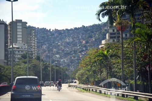 Autoestrada Engenheiro Fernando Mac Dowell - mais conhecida como Autoestrada Lagoa-Barra - com a Favela da Rocinha ao fundo - Rio de Janeiro - Rio de Janeiro (RJ) - Brasil