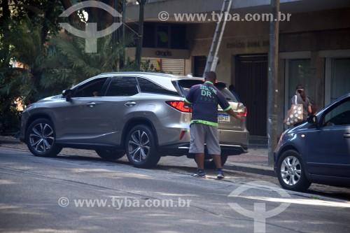 Guardador de carros auxiliando estacionamento de carro - Rio de Janeiro - Rio de Janeiro (RJ) - Brasil