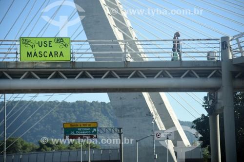 Passarela sobre a Avenida Armando Lombardi com placa incentivando a utilização de máscara - Rio de Janeiro - Rio de Janeiro (RJ) - Brasil
