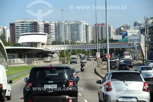 Vista da Avenida Armando Lombardi com a Estação do BRT Transoeste - Estação Jardim Oceânico - Rio de Janeiro - Rio de Janeiro (RJ) - Brasil