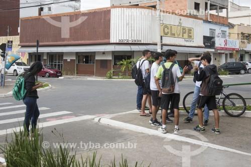 Estudantes compartilhando e consultando celulares - Linhares - Espírito Santo (ES) - Brasil