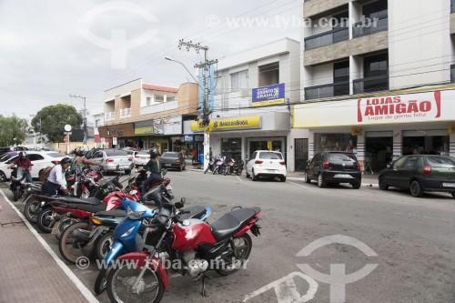 Estacionamento de motocicletas em rua comercial - Linhares - Espírito Santo (ES) - Brasil