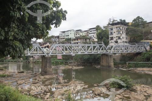 Ponte metálica sobre o Rio Itapemirim - inaugurada em 1910 como ponte da ferrovia que ligava à cidade à capital - Cachoeiro de Itapemirim - Espírito Santo (ES) - Brasil