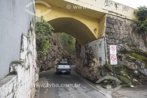 Viaduto sobre antiga estrada de ferro que ligava a cidade à capital - Placas com proibição para pedestres e ciclistas - Cachoeiro de Itapemirim - Espírito Santo (ES) - Brasil
