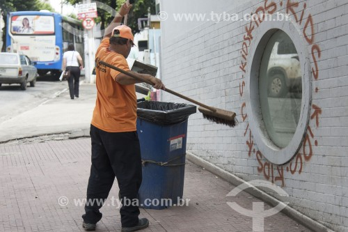 Gari do serviço de limpeza pública varrendo calçada - Cachoeiro de Itapemirim - Espírito Santo (ES) - Brasil