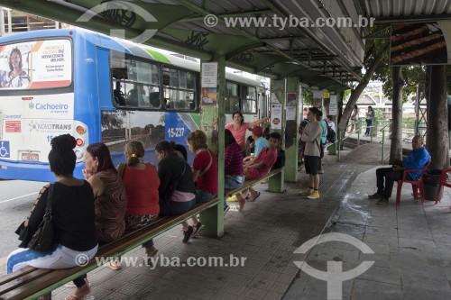 Passageiros sentados em ponto de ônibus - Cachoeiro de Itapemirim - Espírito Santo (ES) - Brasil