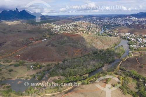 Foto feita com drone da Ilha Meirelles no Rio Itapemirim - cidade e Pico do Itabira ao fundo - Cachoeiro de Itapemirim - Espírito Santo (ES) - Brasil