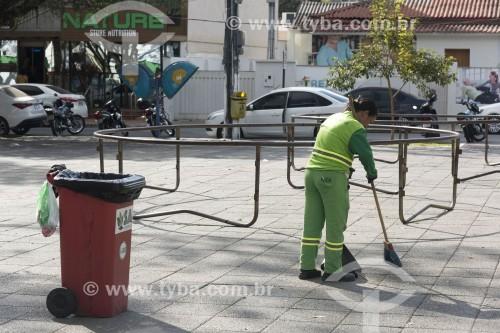Gari do serviço de limpeza pública varrendo praça - Aracruz - Espírito Santo (ES) - Brasil