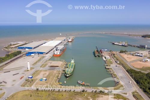 Foto feita com drone do Terminal Portocel - Porto especializado no embarque de celulose - Aracruz - Espírito Santo (ES) - Brasil