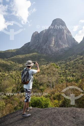 Turista fotografando os Três Picos de Salinas no Parque Estadual dos Três Picos - Teresópolis - Rio de Janeiro (RJ) - Brasil