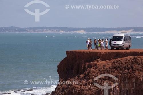 Van com turistas no topo da falésia conhecida como Mirante do Chapadão - Tibau - Rio Grande do Norte (RN) - Brasil