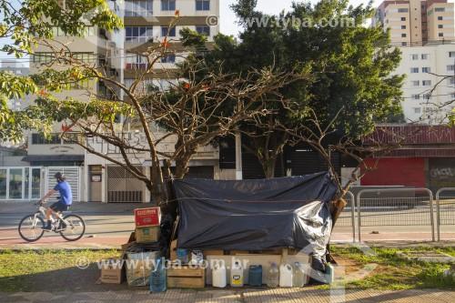 Recipientes contendo água em moradia improvisada de sem-teto - São Paulo - São Paulo (SP) - Brasil