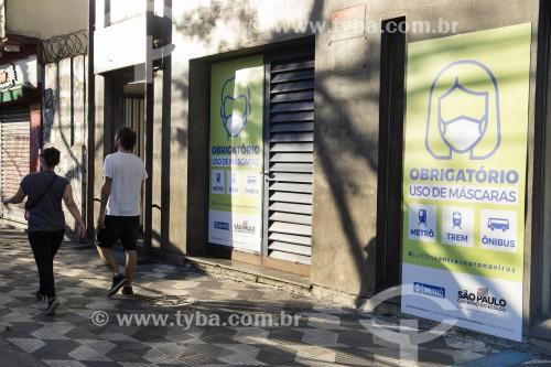 Porta de entrada da estação Ana Rosa do metrô com aviso de uso obrigatório de máscara facial devidoà crise de coronavírus - São Paulo - São Paulo (SP) - Brasil