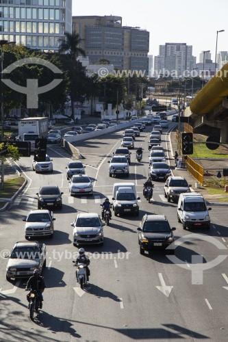 Tráfego de veículos na Avenida do Estado com pista do Expresso Tiradentes à direita - São Paulo - São Paulo (SP) - Brasil