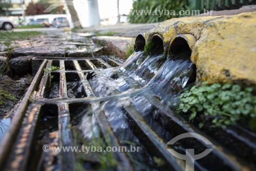 Descarte de água de lençol freático situado sob edifício na Praça Arquimedes Silva -  Nascente do Rio Guariba, bacia do córrego do Sapateiro - São Paulo - São Paulo (SP) - Brasil
