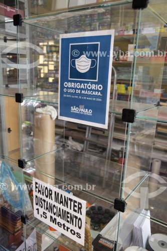 Placa indicando o uso obrigatório de máscara de proteção dentro de estabelecimentos comerciais - Crise do Coronavírus - São Paulo - São Paulo (SP) - Brasil