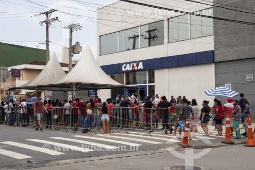 Fila de pessoas diante de agência da Caixa Econômica Federal em busca de informações sobre o auxílio emergencial durante a pandemia - Crise do Coronavírus - Caraguatatuba - São Paulo (SP) - Brasil