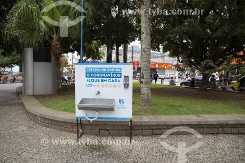 Dispositivo para lavagem das mãos instalado em praça pública - Crise do Coronavírus - Caraguatatuba - São Paulo (SP) - Brasil
