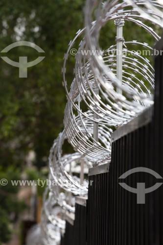 Cerca de arame farpado (Concertina) sobre muro de metal - São Paulo - São Paulo (SP) - Brasil