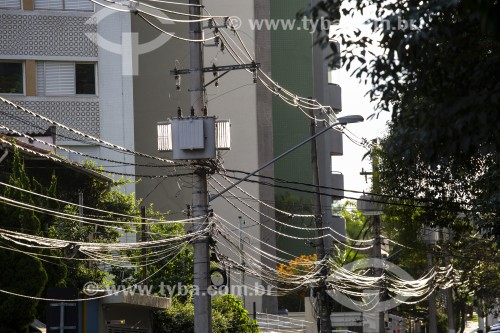 Postes com fios condutores de energia elétrica e cabos de telefonia - São Paulo - São Paulo (SP) - Brasil