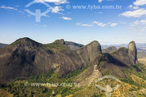 Foto feita com drone do Morro do Camelo (Símbolo da cidade) - Monumento Natural dos Pontões Capixabas - Pancas - Espírito Santo (ES) - Brasil