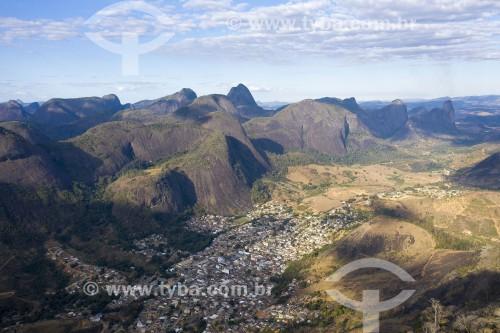 Foto feita com drone da cidade de Pancas com Morro do Camelo ao fundo à direita - Monumento Natural dos Pontões Capixabas - Pancas - Espírito Santo (ES) - Brasil