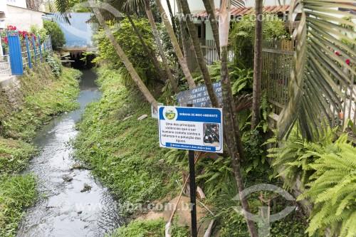 Córrego com placa educativa sobre descarte de lixo e esgoto - Santa Maria de Jetibá - Espírito Santo (ES) - Brasil