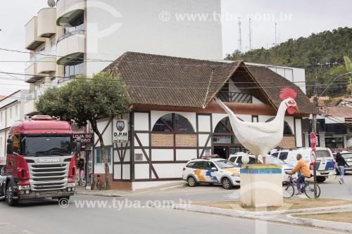 Galinha pondo ovo - monumento em referência ao município como maior produtor de ovos do Brasil - Santa Maria de Jetibá - Espírito Santo (ES) - Brasil