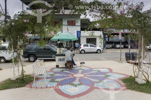Vendedor ambulante em praça - Desenho em ladrilho típico pomerano no chão da praça - Santa Maria de Jetibá - Espírito Santo (ES) - Brasil
