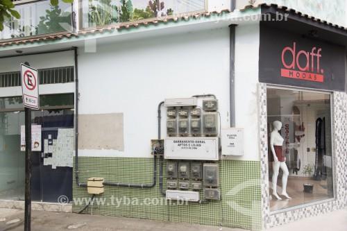 Relógios de medição de luz expostos do lado de fora de prédio - Santa Maria de Jetibá - Espírito Santo (ES) - Brasil