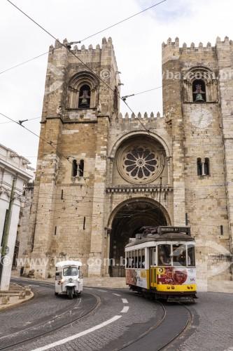 Bonde elétrico com Igreja da Sé ao fundo - Lisboa - Distrito de Lisboa - Portugal